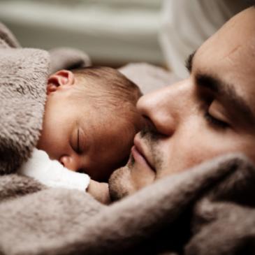 Baba yeni bebeği ile